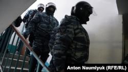 Силовики під час обшуків у помешканні адвоката Еміля Курбедінова в Криму, 26 січня 2017 року
