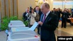 Владимир Путин голосует, архивное фото