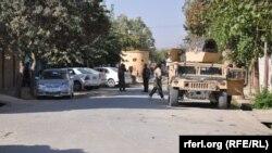 Военный автомобиль на улице в Кундузе после освобождения города от захвативших его талибов. 5 октября 2015 года.