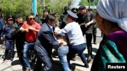Полиция жиынға келгендерді ұстап жатыр. Алматы, 21 амыр 2016 жыл.