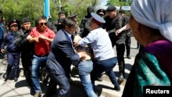 В Алматы задерживают участников демонстрации против земельной реформы. 21 мая 2016 года.