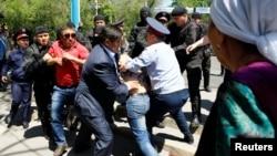 Алматының орталығында «жер мәселесі бойынша» шеруге шықпақшы болғандарды полицияның ұстап жатқан сәті. 21 мамыр 2016 жыл.