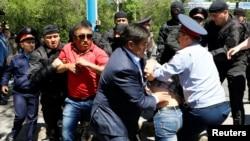 В центре Алматы в день, когда полиция пресекла массовые акции протеста «по земельному вопросу». 21 мая 2016 года.