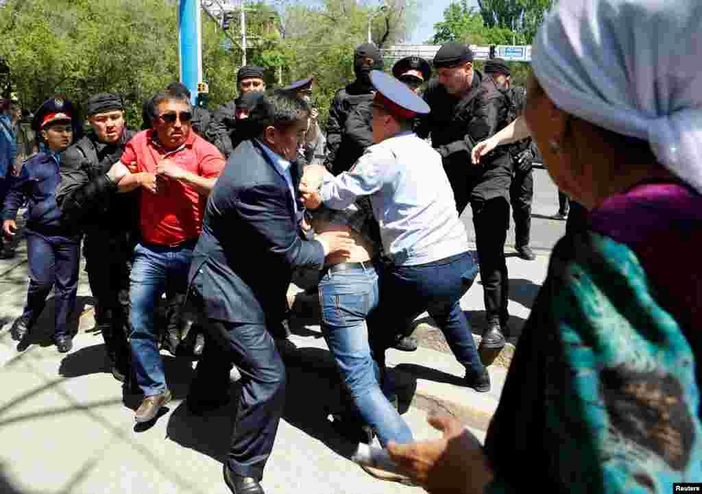 """К проявлению протеста 21 мая власти готовились заранее, разместив на подступах к центру Алматы сотни полицейских, подогнав автозаки и автобусы. Такая подготовка была своего рода ответом на другие несанкционированные акции """"по земельному вопросу"""", которые в конце апреля и начале мая 2016 года прокатились по нескольких регионам страны. Стихийные митинги показали, что могут собрать несколько сотен, а то и тысяч человек."""