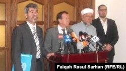 الممثل الخاص لأمين عام الامم المتحدة في العراق مارتن كوبلر وعبد الرزاق السعدي المتحدث باسم المرجع الديني عبد الملك السعدي، يتحدثان في مؤتمر صحفي بعمّان (الأحد)