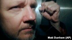 Մեծ Բրիտանիա - WikiLeaks-ի հիմնադիր Ջուլիան Ասանժը դուրս է գալիս դատարանից, Լոնդոն, 1-ը մայիսի, 2019թ․