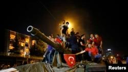 Adamlar tankyň üstünde. Ankara, 16-njy iýul, 2016.