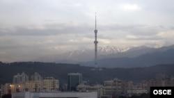 Гора Коктобе и здания в Алматы.