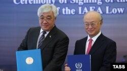 Ղազախստանի արտգործնախարար Երլան Իդրիսովը և Ատոմային էներգիայի միջազգային գործակալության ղեկավար Յուկիա Ամատոն ստորագրում են ցածր հարստացման ուրանի պահեստ կառուցելու համաձայնագիրը, արխիվ, Աստանա, 27 օգոստոսի, 2015թ.