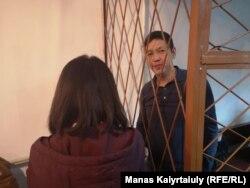Әнуар Әшіралиев сот залында. Бер жақта оның әйелі тұр. Алматы, 6 қараша 2019 жыл.