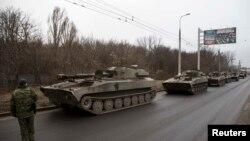 Донецк қаласынан шығып бара жатқан ресейшіл сепаратистердің танкілері. 26 ақпан 2015 жыл.