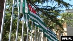 Совместная работа власти и оппозиции в демократическом обществе придает развитию государства устойчивость