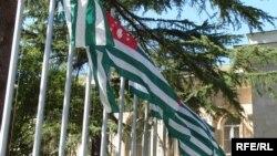 В первом чтении бюджет Абхазии прошел, а в окончательном – нет. Депутаты вернутся к нему 31 декабря, чтобы на этот раз утвердить окончательно. Правда, не очень понятно, что может измениться за три дня?
