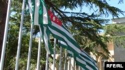 С 1 января 2010 года в Абхазии совещания и встречи, проводимые президентом, заседания парламента и кабмина ведутся на государственном языке; выступления обеспечиваются синхронным переводом с русского на абхазский и наоборот