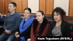 Осуждённые по делу об участии в ДВК (справа налево) Жазира Демеуова, Оксана Шевчук, Гульзипа Джаукерова и Ануар Аширалиев в здании суда. Алматы, 12 декабря 2019 года.
