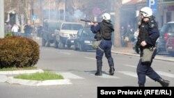 Полиция разгоняет антиправительственную демонстрацию в Подгорице. 15 февраля 2014 года.