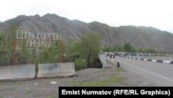 Ош -Эркеч-Там жолунун Сопу-Коргон айылындагы бөлүгү. Алай району, 28-май, 2014.