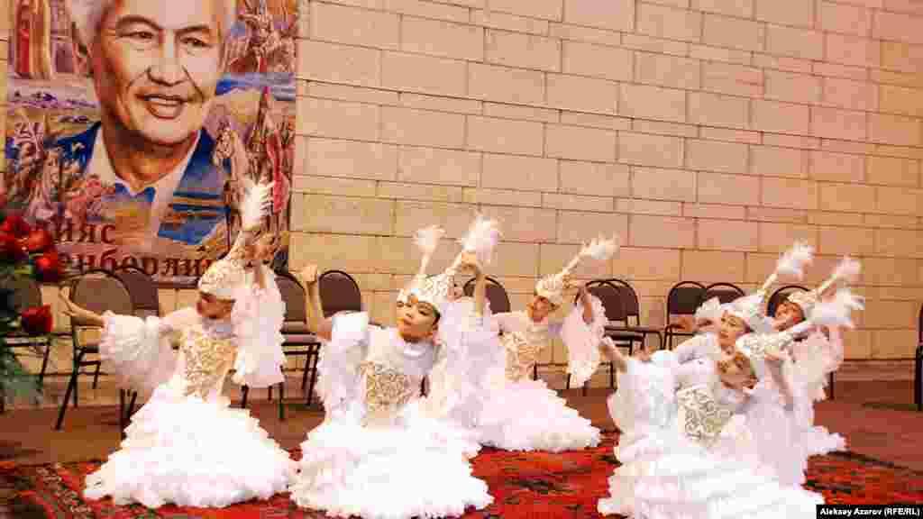 Ілияс Есенберлиннің 100 жылдық мерейтойына арналған көрменің ашылуында қойылған концертте Алматы қаласындағы жазушының есімі берілген 25-мектеп-гимназия шәкірттері де өнер көрсетті.