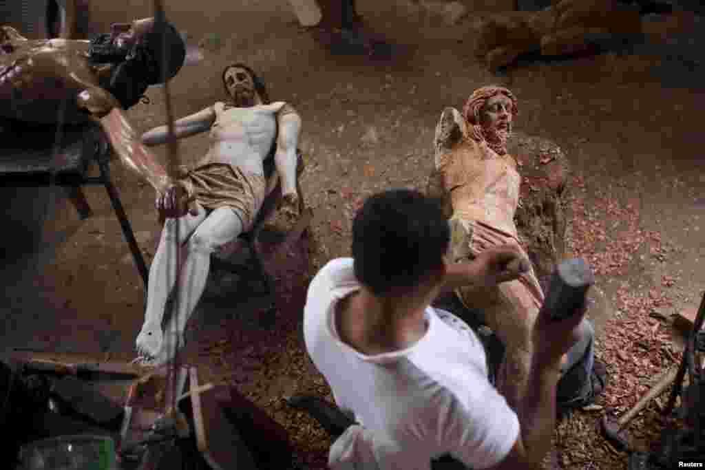 Але робота на цьому не закінчується: в майстерні Хозе Гомеса своєї черги чекають ще кілька святих