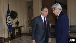 Сергій Лавров (л) і Джон Керрі (п) в перебігу зустрічі в резиденції посла США в Парижі, 14 жовтня 2014 року