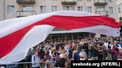 У Мінську затримували людей, які мали біло-червоно-білі прапори