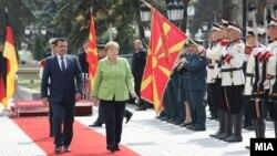 Kryeministri i Maqedonisë, Zoran Zaev dhe kancelarja gjermane, Angela Merkel.