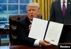Президент Трамп после подписания указа об отказе США от участи в Транстихоокеанском партнерстве 23 января 2017 года