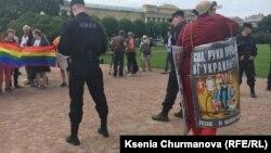 """Активисты """"Национально-освободительного движения"""" на ЛГБТ-прайде"""
