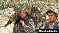 Военнослужащие Армии обороны НК на боевой позиции (архив)