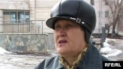 Жительница города Текели общается с журналистами. Талдыкорган, 16 марта 2001 года.