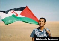 Сахариец с флагом Сахарской Арабской Демократической республики. Возможно, он также был приглашен в Москву