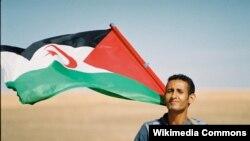 Сахариец с флагом Сахарской Арабской Демократической республики