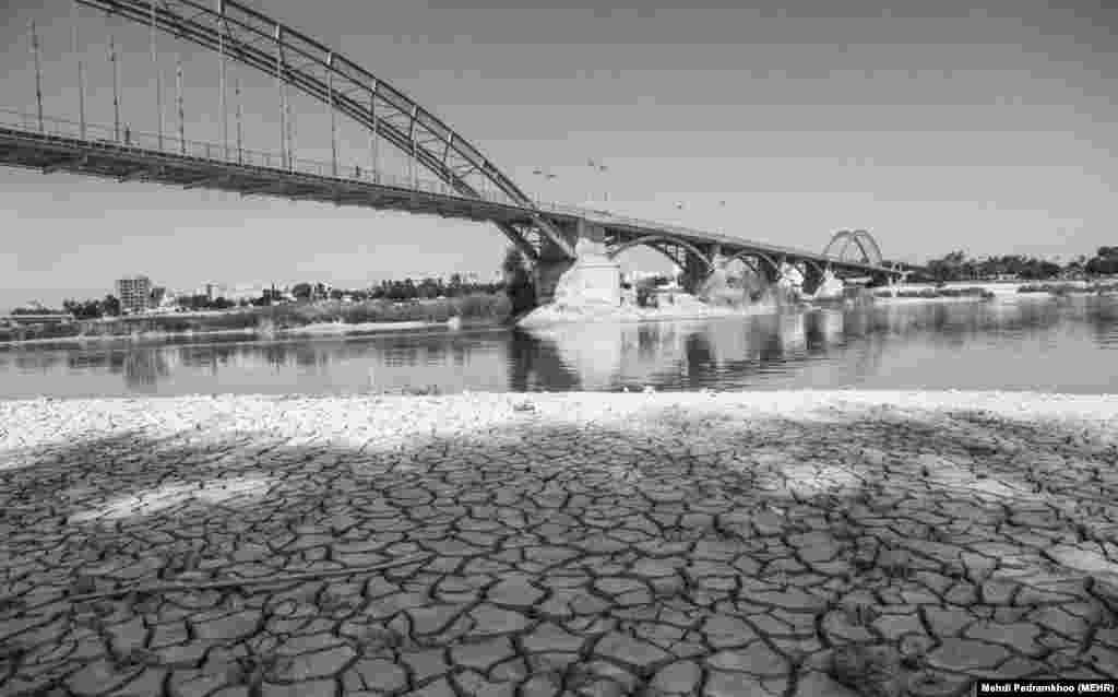 رودخانه کارون یکی از اصلیترین منابع تولید آب آشامیدنی برای کلانشهر اهواز است.