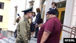 Супрацоўнік аховы не дазваляе журналістам здымаць ля будынку Вярхоўнага суду.