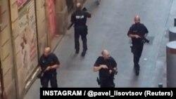 Полицейский патруль в центре Барселоны. 17 августа 2017 года.