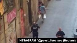 Полиция патрулирует улицы в Барселоне после теракта.