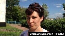 Мектепті көшіруге қарсы ата-аналардың бірі Наталья Носик. Ақмола облысы, 17 маусым 2013 жыл.