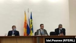 Слева направо: депутат Госдумы Николай Малов, новый глава города Новочебоксарска Алексей Ермолаев и депутат Госдумы Леонид Черкесов
