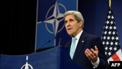 ABŞ-nyň döwlet sekretary Jon Kerri NATO-nyň daşary işler ministrleriniň maslahatynda, Brussel, 2-nji dekabr, 2015