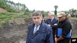 Shefi i EULEX-it, Ksavier de Marnak gjatë një vizite në Zhilivode, vendi ku dyshohet për varrezë masive, foto nga arkivi