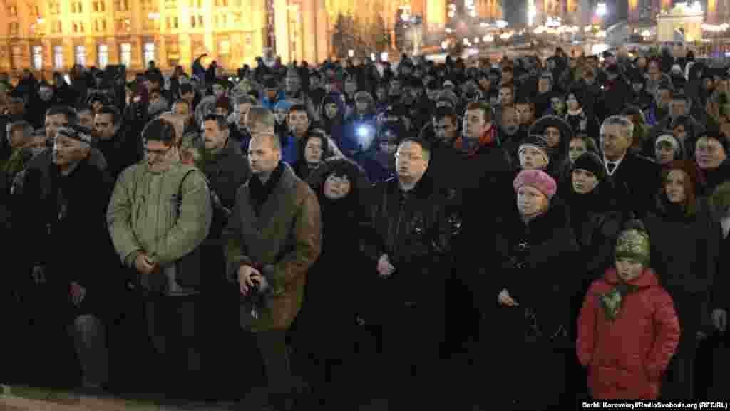 Близько сотні людей зібралися на Майдані цього вечора