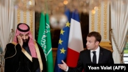 French President Emmanuel Macron (R) and Saudi Arabia's Crown Prince Mohammed bin Salman (L) give a joint press conference at the Elysee Palace in Paris, April 10, 2018