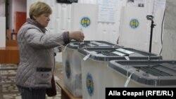 O femeie exprimându-și votul la alegerile locale din 20 octombrie