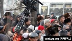 """""""Қарсылық жиынына"""" қатысуға келгендердің бір тобы. Алматы, 25 ақпан, 2012 жыл."""