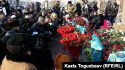 Люди возлагают цветы к монументу Независимости. Иллюстративное фото.
