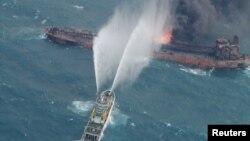 Արևելաչինական ծով - Փրկարարական նավից փորձում են մարել իրանական «Սանչի» տանկերի վրա բռնկված հրդեհը, 10-ը հունվարի, 2018թ․