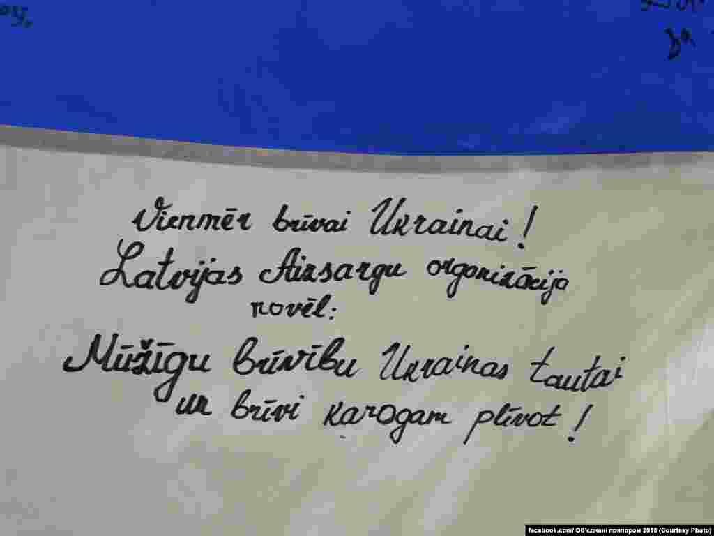 3 серпня в Ризі зустрічали прапор України, який прибув із фінської столиці Гельсінкі від тамтешньої української діаспори. Українці Латвії розписалися на прапорі, сфотографувалися з ним біля пам'ятника Тарасу Шевченку та латвійського пам'ятника Свободі