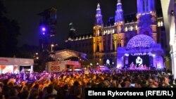 Ратушная площадь Вены в восторге от шведского исполнителя