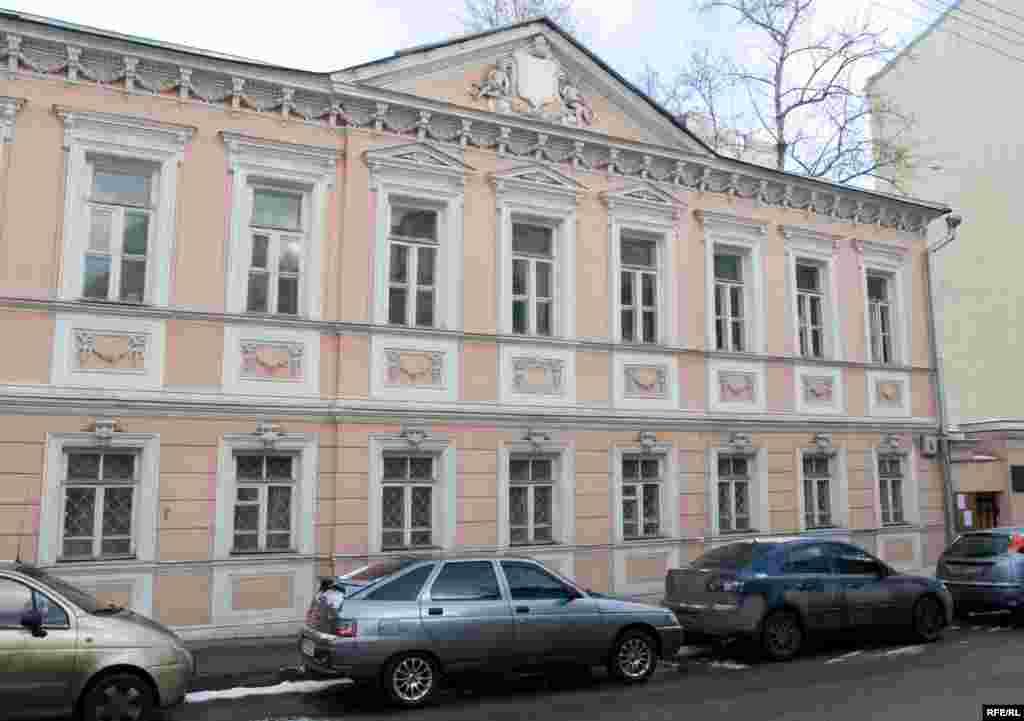 Первый этаж этого здания в 1-м Спасоналивковском переулке был захвачен 1 февраля 2008 года неизвестными