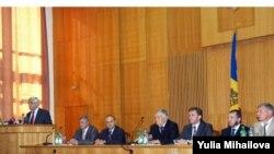 Մոլդովայի նորընտիր խորհրդարանի պատգամավորները վկայականներ են ստանում, 21 օգոստոսի, 2009